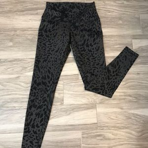 Lululemon wonder under cheetah print size 8